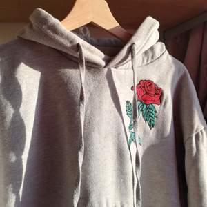 Aesthetic grå hoodie med en broderad ros på. Tyvärr ganska använd och sliten, därav ett litet slitage som ni ser i sista bilden och därav priset. Frakt betalas av köpare och räknas ut vid intresse. Kolla min bio för mer info!