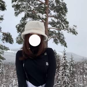 """""""Fluffig"""" vit bucket hat. Använd en gång. Lite smink på insidan dock inget som syns eller märks av:)"""