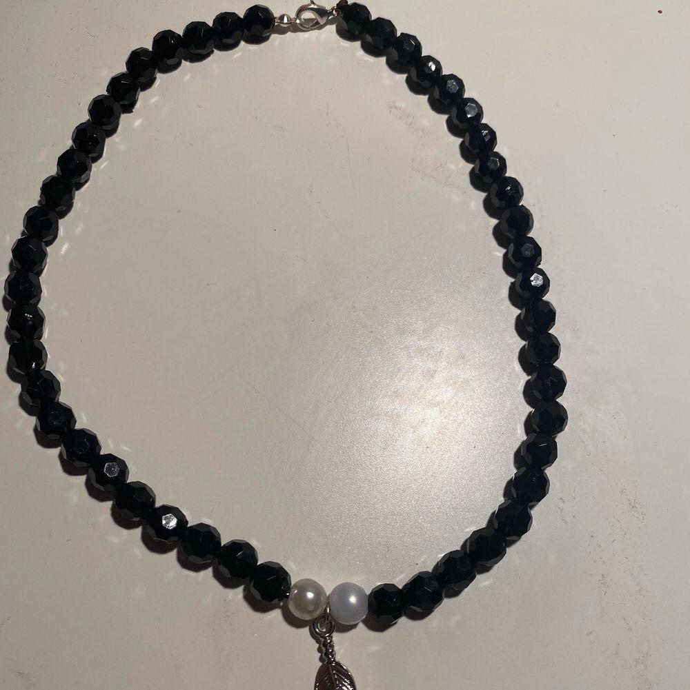 Halsband med ett fjäderhänge. 30% ifrån köpet går till UNICEF ✨ Halsbandet är egengjort✨ Betalning sker via swish ☺️. Accessoarer.
