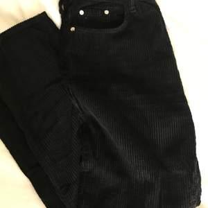 snygga svarta manchesterbyxor i en liknande momjeans modell! högmidjade och sitter snyggt i midja och ben! använda några fåtalet gånger men ser ut som nya!!💕💞 kan fraktas också!!<3
