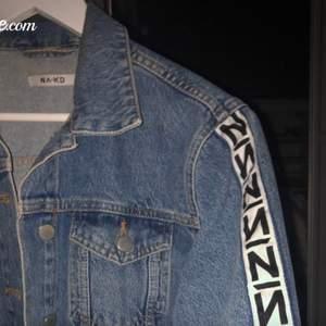 använd, croppad jeansjacka från NAKD, köptes för 399kr, säljer billigt för vill bli av med allt!