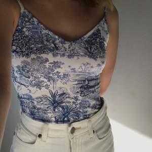 En jättefin body som passar så, så bra till en kjol på sommaren eller till ett par jeans på vintern! Det kommer från H&M och har endast används 1 gång så det är i gott skick.