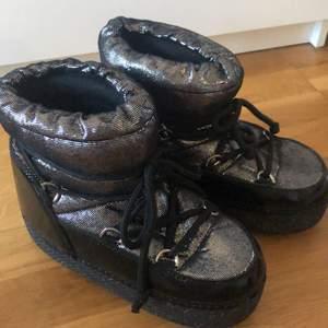 Coola glittriga boots ifrån glamorous i storlek 38/39💖.