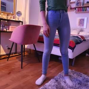 Jeans i modellen Molly från Gina. Dm vid intresse, (säljer även likadana i mörkare blå i xs)
