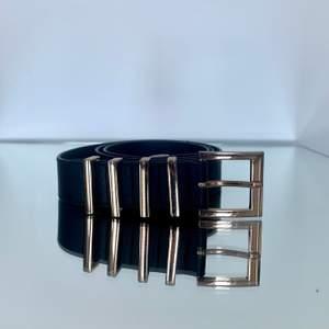 Svart skärp i läder med guldspännen. Storlek S/ 85. Bredd: 2.8 cm. Fint använt skick. Säljes då jag rensar i garderoben. Skriv vid frågor :)