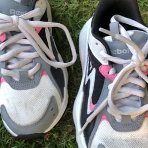 Skor från reebok, inte använda jätte mycket men lite smutsiga är dem. Storlek 37-38 ungefär. Köpta i höstas. Skriv för mer bilder eller info.