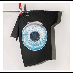 T-shirt från menace Modell: All seeing eye lenticular patch T-shirt. Storlek: medium (M) Helt ny oanvänd. Köpt för 860kr Slutsåld.