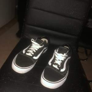 Säljer min pojkväns vans skor som är använda 1 gång,aldrig kommit till användning därav varför jag säljer dom