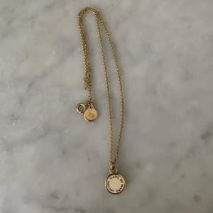 Guld halsband från Marc Jacobs. Mycket bra skick!☺️