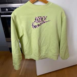 Fin sweatshirt endast använd fåtal gånger. Säljer pga den kommer inte till användning. Frakt tillkommer