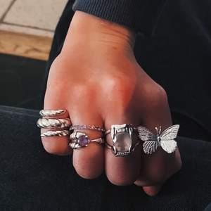 Säljer denna ring från Edblad. Ringen är helt oanvänd och är i storlek 17,5💜 nypris: 500 kr