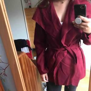 En skön kappa som passar perfekt nu när hösten kommer! Köpt förra året och är knappt använt, så gott som ny! Kommer synd nog inte till användning. Nypris: 400kr