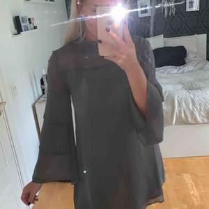 Grå klänning med lite högre hals och vida armar!  Köparen står för frakten! Endast Swish! 200:- eller bud