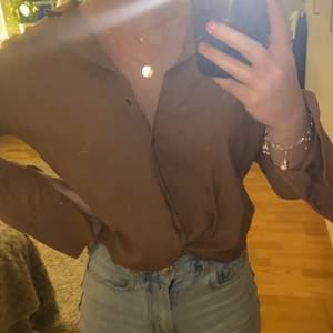 Säljer en brun skjorta/blus i storlek 34 som endast är använd en gång. Köp för ca 1 år sedan för 299 på Gina tricot, säljer för 100kr+frakt. Kontakta mig vid intresse💗