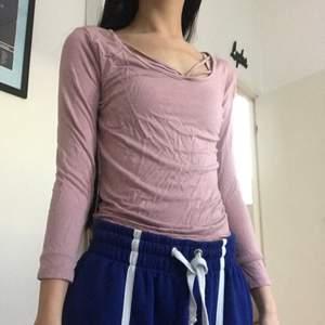 En dusty pink tröja med band som går över bröstkorgen. Inte använd speciellt mycket, fint skick. Frakten kan variera (kan bli mer eller mindre) och köparen står för frakten❤️ Hör av er privat vid frågor eller intresse🥰