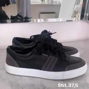 Säljer nu mina Axel arigato skor då dem tyvärr inte kommer till användning längre. Dem är i storlek 37,5 och är i ett väldigt fint skick. Endast använda ett fåtal gånger! Nypris: 1900kr mitt pris: 950kr