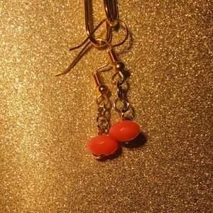 Små minimalistiska handgjorda orangea pärlörhängen