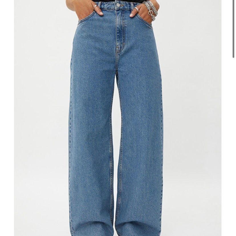 Weekday jeans i modellen ACE i storlek W26 L32. Använda Max 3 gånger så i väldigt bra skick! Nypris 500kr. Jeans & Byxor.