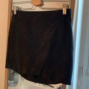 Svart kjol från zara, är även snygg att använda som topp😻