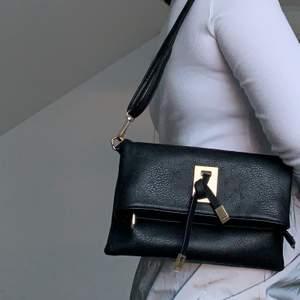 """Hej! Säljer denna super fina """"läder"""" väskan köpt från Nelly i Oktober för 299kr men säljer den för endast 30kr. Säljer den pågrund av att jag har för många väskor. Man kan justera axelbandet vilket innebär att man kan andvända den som en axelväska, även mycket rymlig!🥰"""