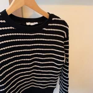 En fin randig tröja från zara, använd några få gånger, säljer pga att jag rensar min garderob. Ordinarie pris: vet inte  Storlek:s Hör av er vid intresse eller för mer bilder♡  Pris är exklusive frakt. Frakt kostar 44kr