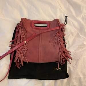 Säljer denna superfina väska från maje, den är i så fin rosa färg. Dustbag medföljer! Skriv för fler bilder och info❤️ nypris är ca 2500kr