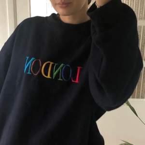 """Mörkblå sweatshirt med """"London England"""" tryck, (lånade bilder) storlek XL, är superskön och jättesnygg men har tyvärr inte fått någon användning för den:/ säljer för 365kr inkl frakt 💖"""