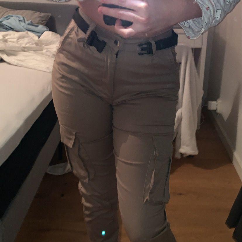 Säljer dessa cargo pants från Madlady i beige med medföljande skärp. Passar inte mig längre och de är i storlek XS.. Jeans & Byxor.