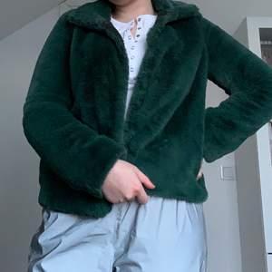 Hej! Säljer denna super mjuka och sköna jackan. Den är grön med ett jätte mjut lent fluff material som värmer mycket. Köpt på Vila i storlek M men passar S. Knappt andvänd, precis som Ny! ❤️