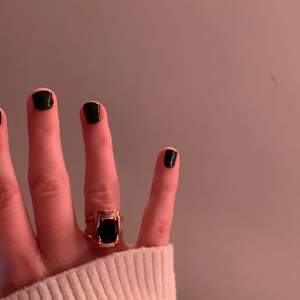 """Söker """"Gargoyle ring"""" i guld med svart eller rosa sten i storleken 17 eller 18 mm att byta mot """"Jaw Stone Ring"""" i svart sten storlek 17 mm (mitt ringfinger). Ringarna kostar egentligen lika mycket men kan betala mer för bytet."""