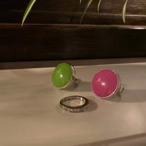 Säljer dessa ringar i grön, rosa och silver.😍✨💫 Säljes för 60kr/st, FRI FRAKT! ✨💖