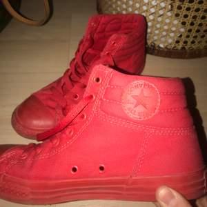 säljer dessa asbala röda converse köpta i usa!❤️ passar strl 38-39⚡️