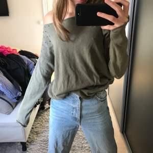 Säljer denna jätte coola långärmade tröjan med små hål på sidorna! Den är militärgrön!!⚡️ skriv om ni har några frågor eller så!!❤️