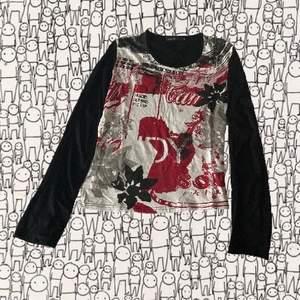Ascool röd, vit och svart mönstrad tröja. Storlek M-L. Köparen står för frakten och jag svarar gärna på frågor!!🥰