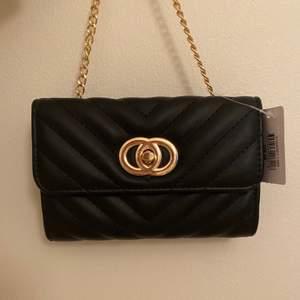 En svart söt väska som är helt oanvänd, prislapp kvar. Köpt för 109kr 🌸 Köparen står för frakt