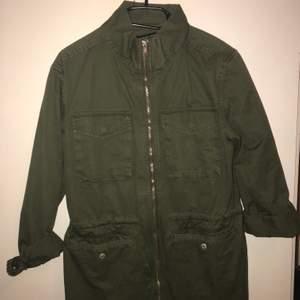 Säljer denna snygga, gröna jeansjacka från Lager157. Passar alla ifrån XS-M beroende på hur man vill att den ska sitta. Bra skick och kvalité. Köparen står för frakten.