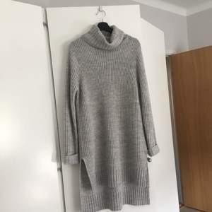 Säljer en kabelstickad poloklänning från gina tricot