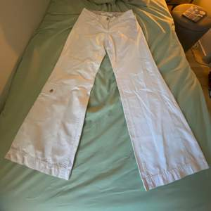 Snygga byxor i bra skick finns liten fläck längst ner på ena benet. Midjan e 86 cm men eftersom den e lowwaist räkna med måttet rum höfterna