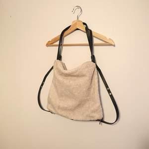 Så fin och praktisk väska. Den är rymlig och går att använda som både axelremsväska eller ryggsäck. Är i ett härligt fårskinns-material. I bra skick!
