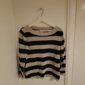 En randig over-the-shoulder tröja från Indiska. Mindre i storlek och passar S.