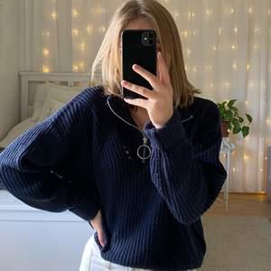 Jättefin stickad tröja med dragkedja vid kragen 💓💓 lite nopprig, jag på bilden har oftast XS i tröjor