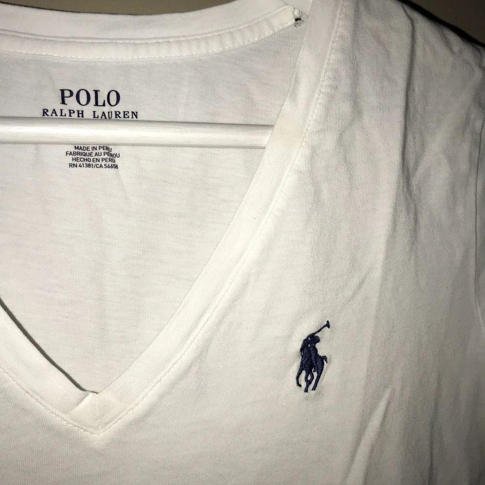 Säljer en vit raulp lauren T-shirt i storlek S💗. T-shirts.