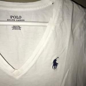 Säljer en vit raulp lauren T-shirt i storlek S💗