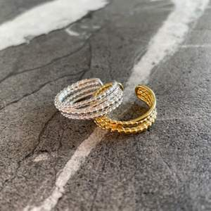 Säljer dessa snygga mönstrade ringar i s925 silver ⛓ Ringarna är töjbara och säljs i både silver och guld för 99 kr/ styck💛🤍 GRATIS FRAKT 📦 ✨
