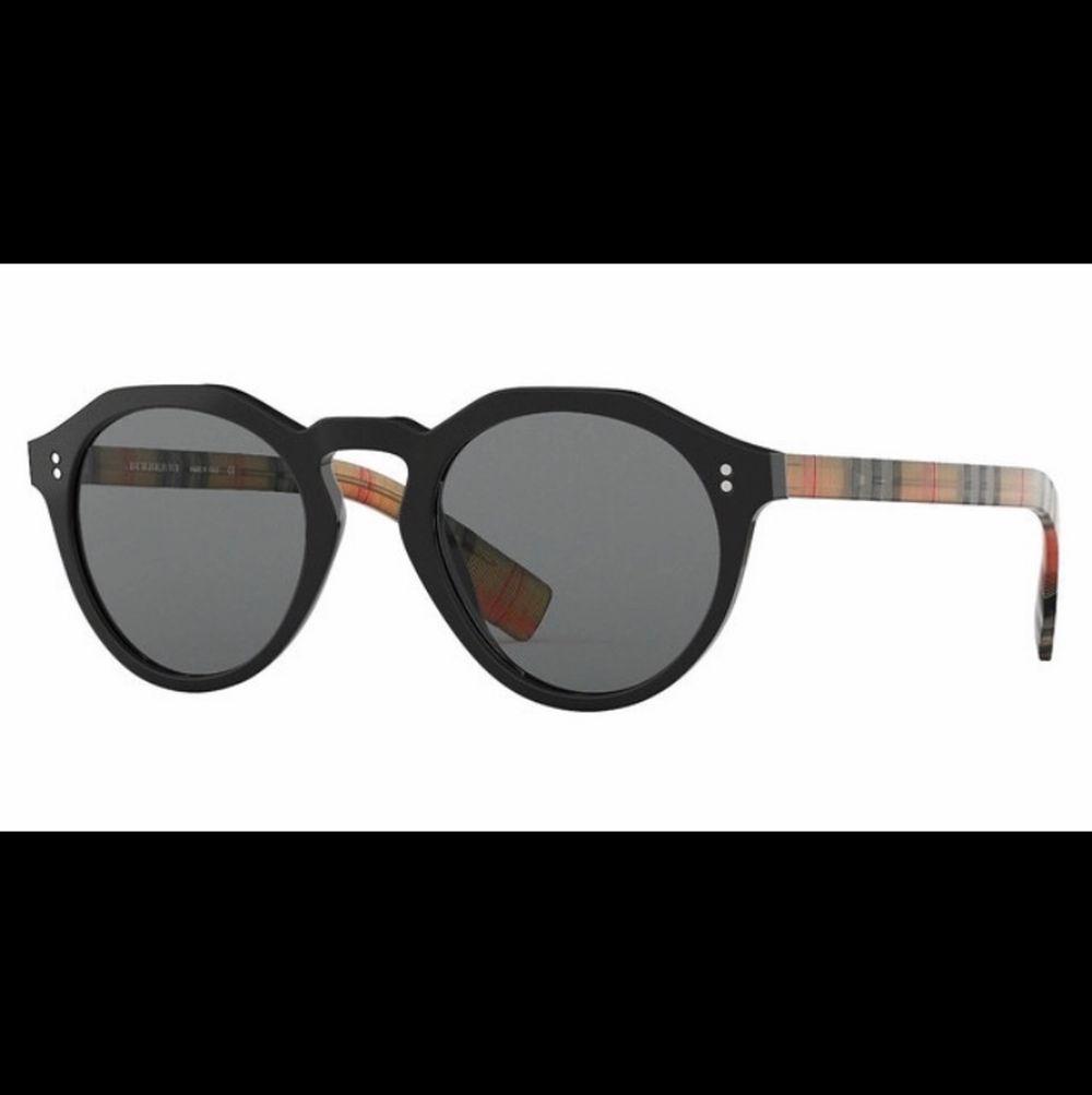 Dem är ett par riktigt stiliga och eleganta solglasögon sitter skönt o är väldigt slimmade.. Accessoarer.