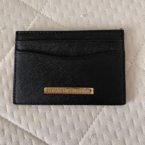 En ideal of sweden plånbok, den har inga repor eller nått sånt, har byt plånbok och denna plånbok är verkligen bra och kompakt