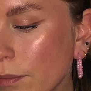 Egenpärlade örhängen i rosa 🥰