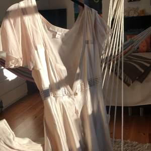 Fin blus från Stella McCartney kollektion för H&M! Jättefint skick utan slitningar! Storlek 38 men passar xs-s. Frakt: 43kr. 2 sista bilderna är lånade!