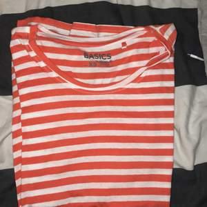"""Tre """"sov""""t-shirts. 20kr var eller 45kr för alla. Frakt/Mötas i Malmö💜"""