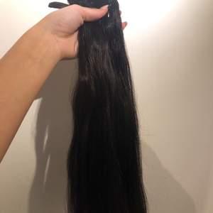 Endast testade. Färgen är dark Brown. Äkta hår men clips. Inköpt för runt 1000 kr.